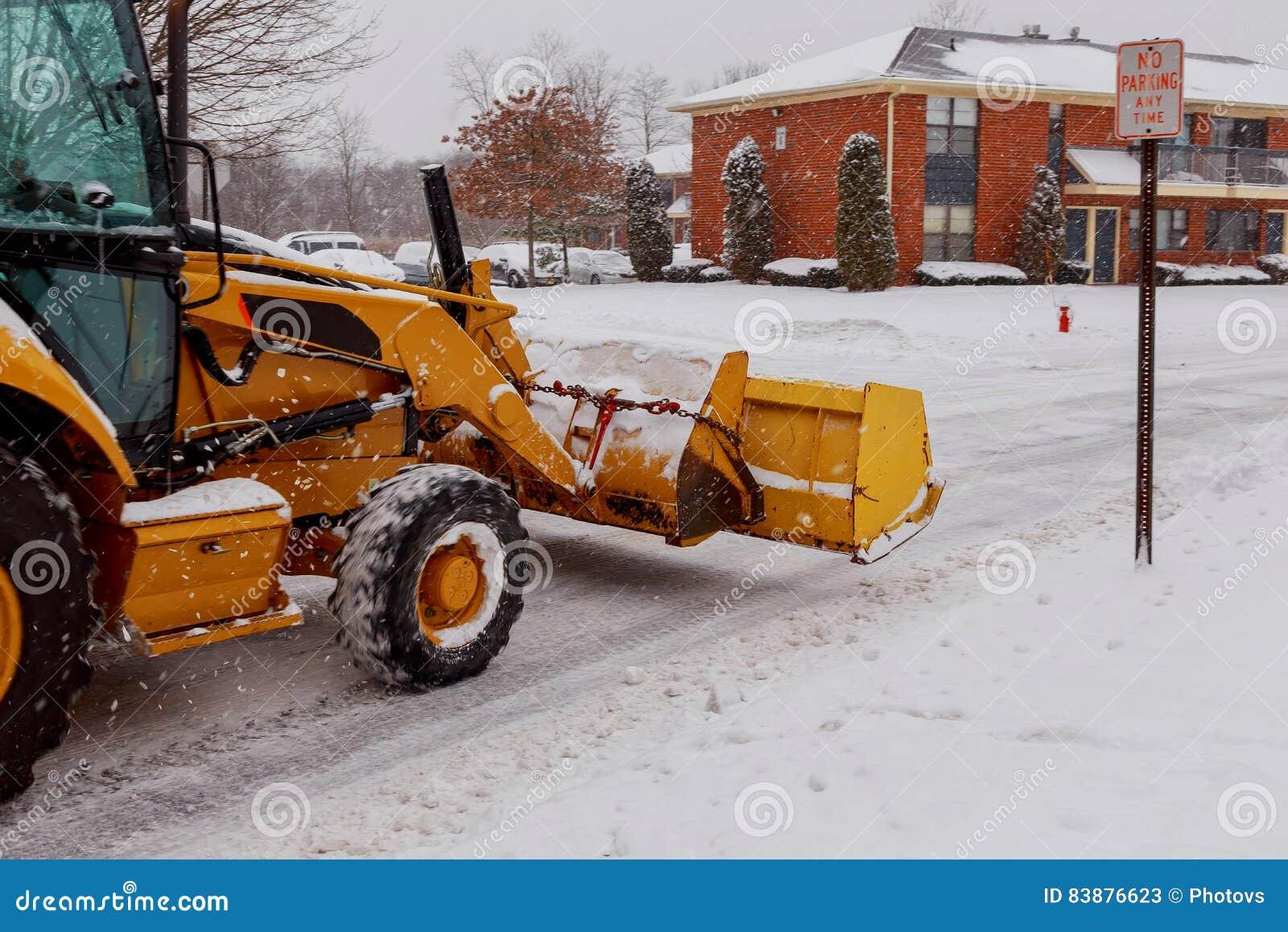Arado de neve que faz a remoção após um blizzard