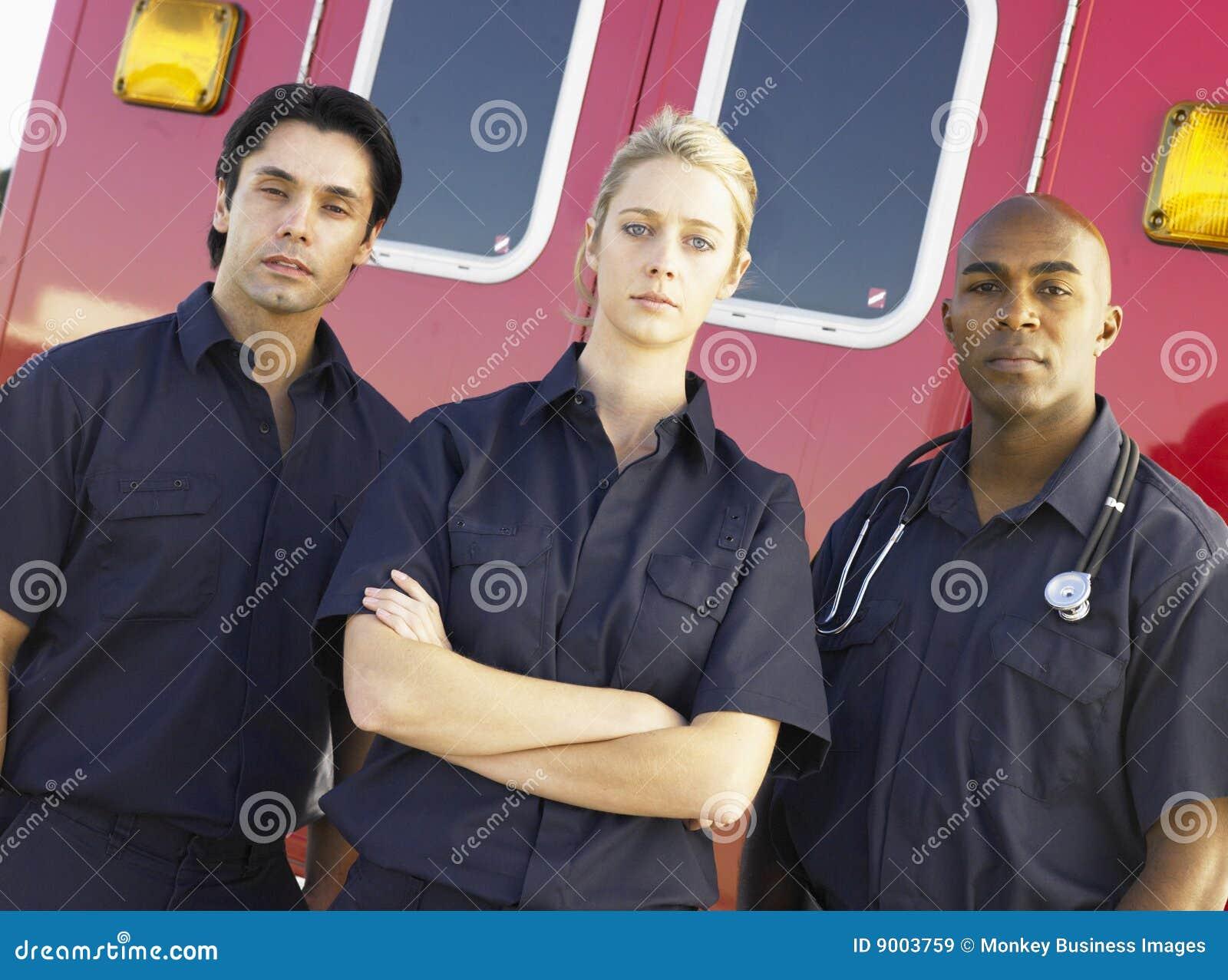 Aramedics voor een ziekenwagen