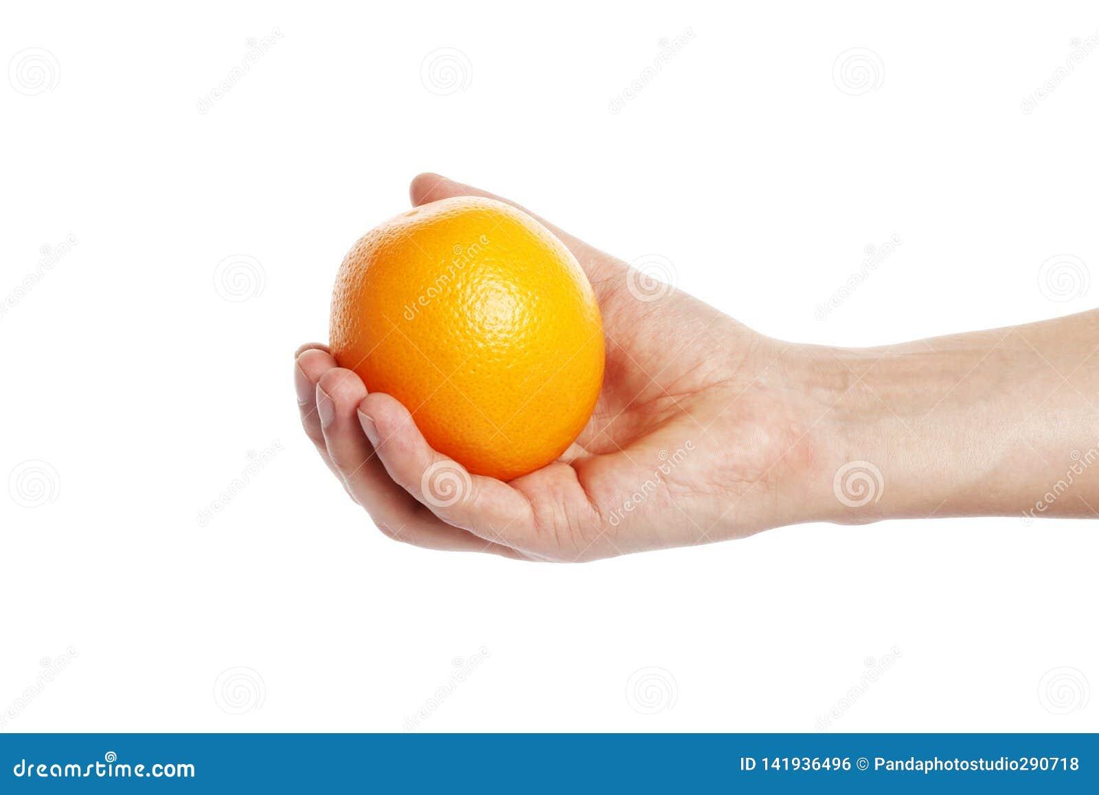 Arancia a disposizione isolata su fondo bianco