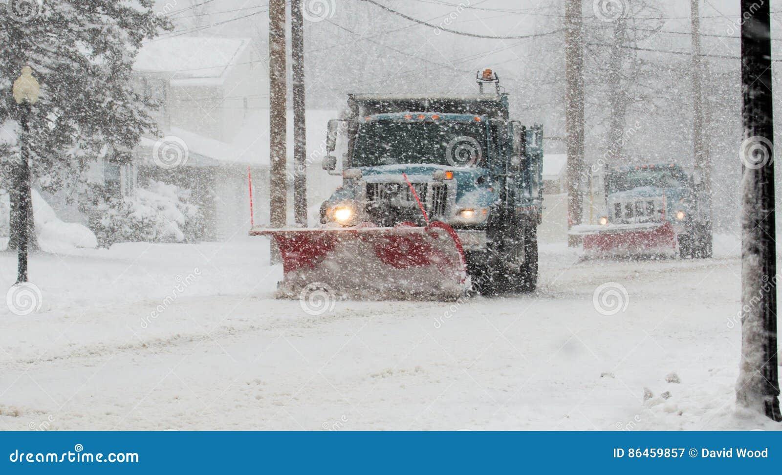Aratri di neve che fanno il loro lavoro