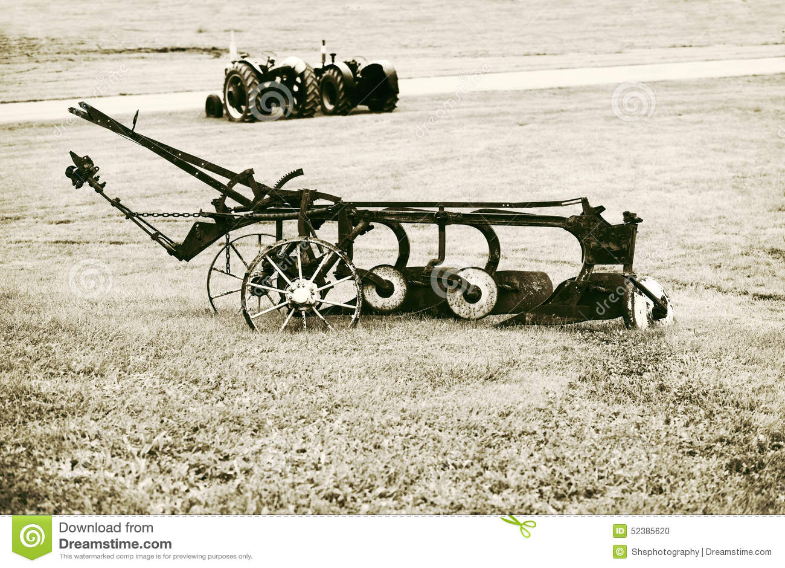 Aratro d annata in un campo dell azienda agricola