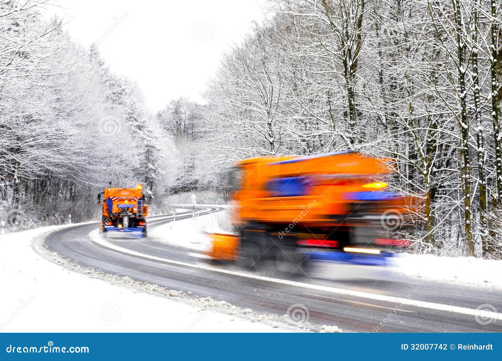 Aratro di neve sulla strada di inverno, veicoli vaghi