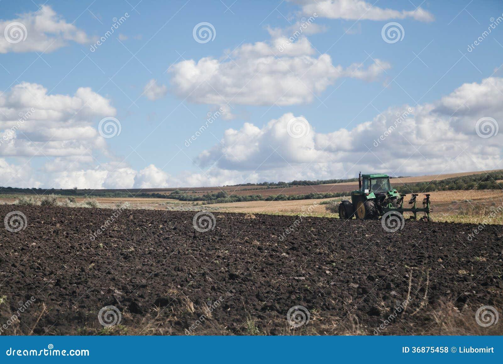 Download Aratura del trattore fotografia stock. Immagine di agricoltura - 36875458