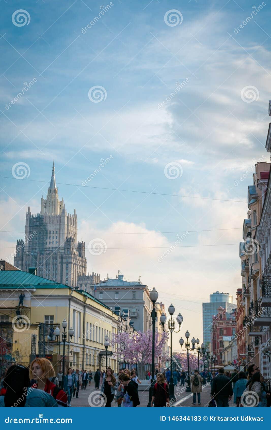 Arbat gata, en av de huvudsakliga turist- dragningarna av Moskva, Ryssland