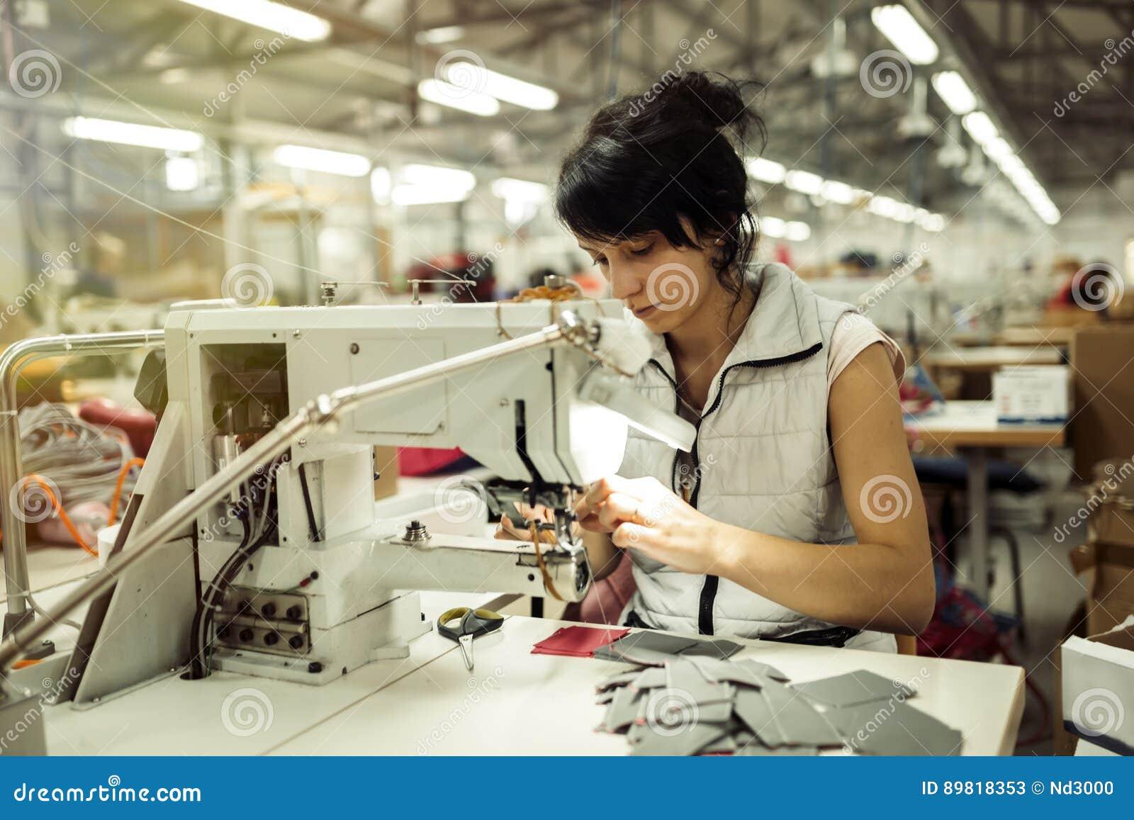 Arbeider in de textielindustrie het naaien