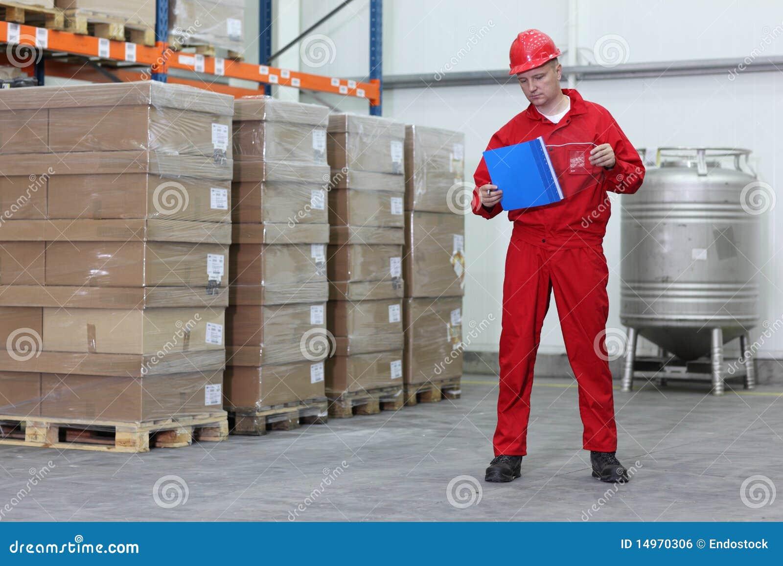 Arbeider in een bedrijfpakhuis