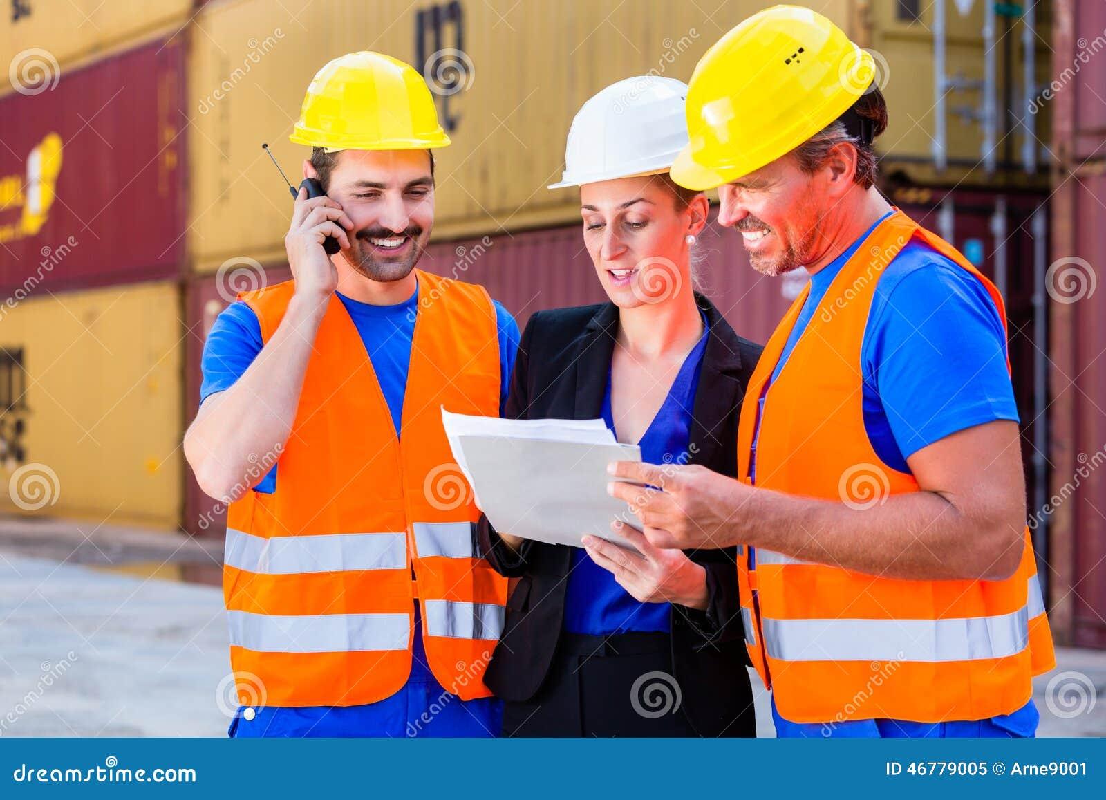 Arbeider en manager van verzendingsbedrijf het bespreken