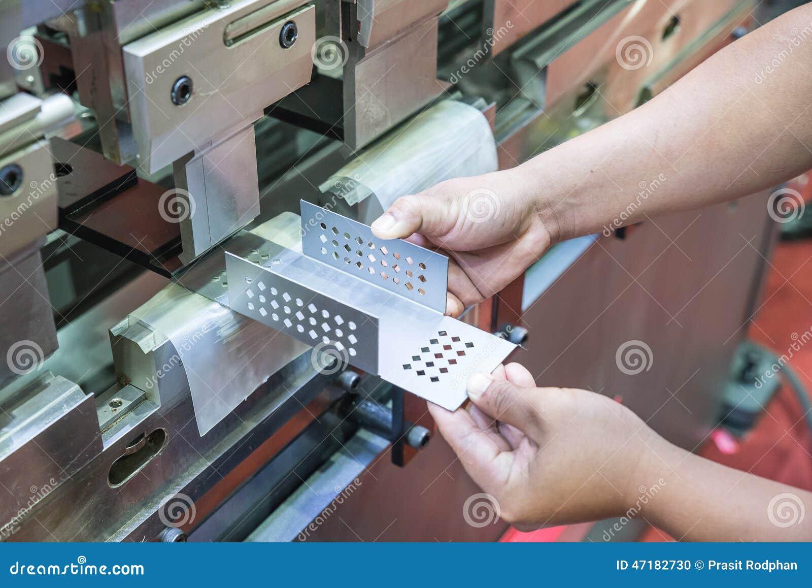 Arbeider op vervaardigingsworkshop die cidan vouwende machine in werking stellen