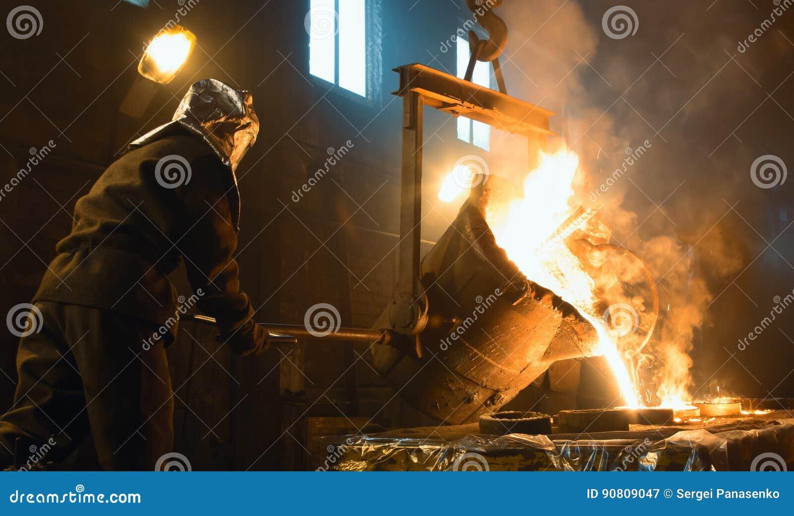 Arbeiders controlerend smelten van metaal in ovens De arbeiders werkt bij de metallurgische installatie