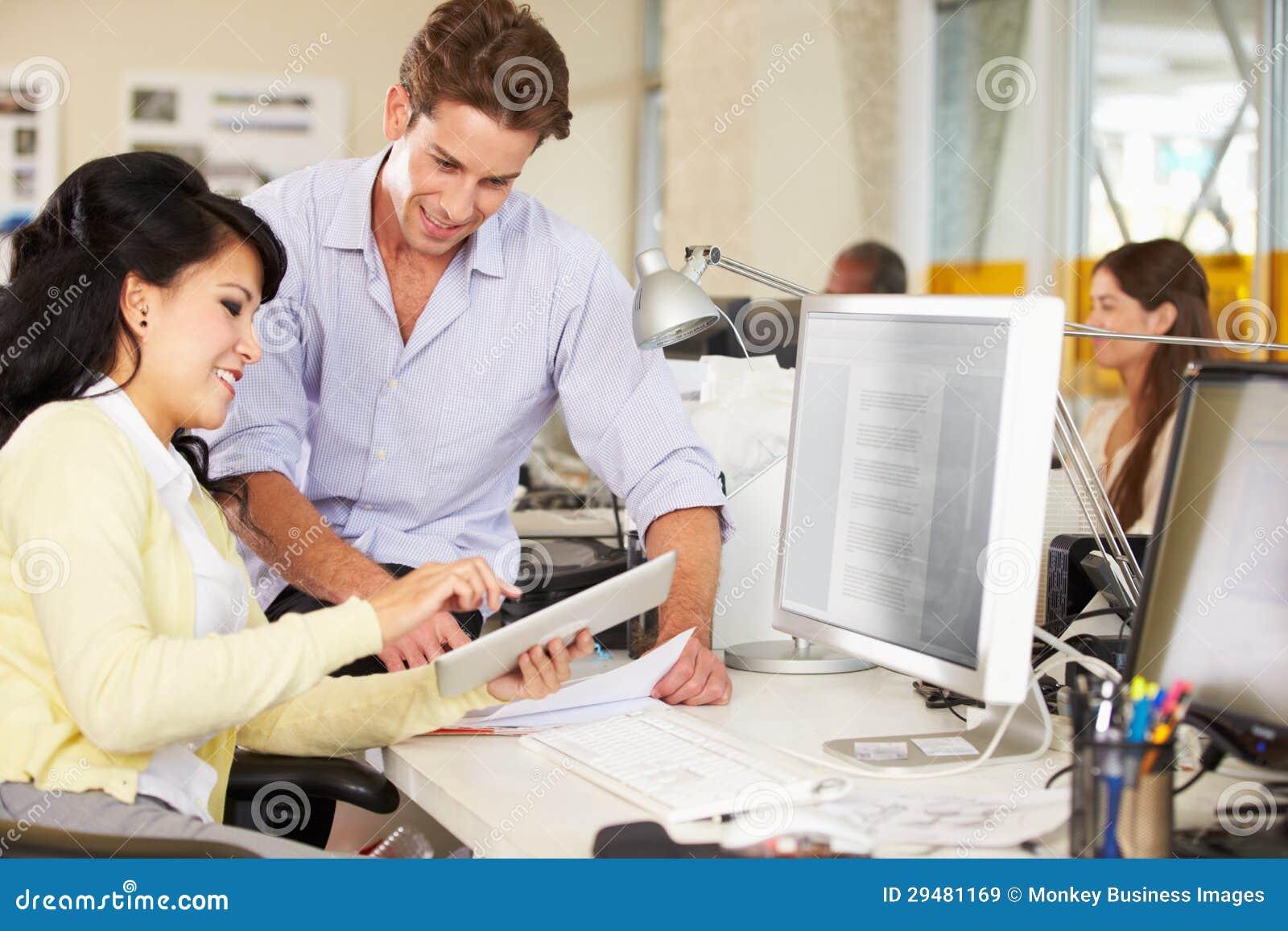 Arbeiders die Digitale Tablet in Bezig Creatief Bureau gebruiken