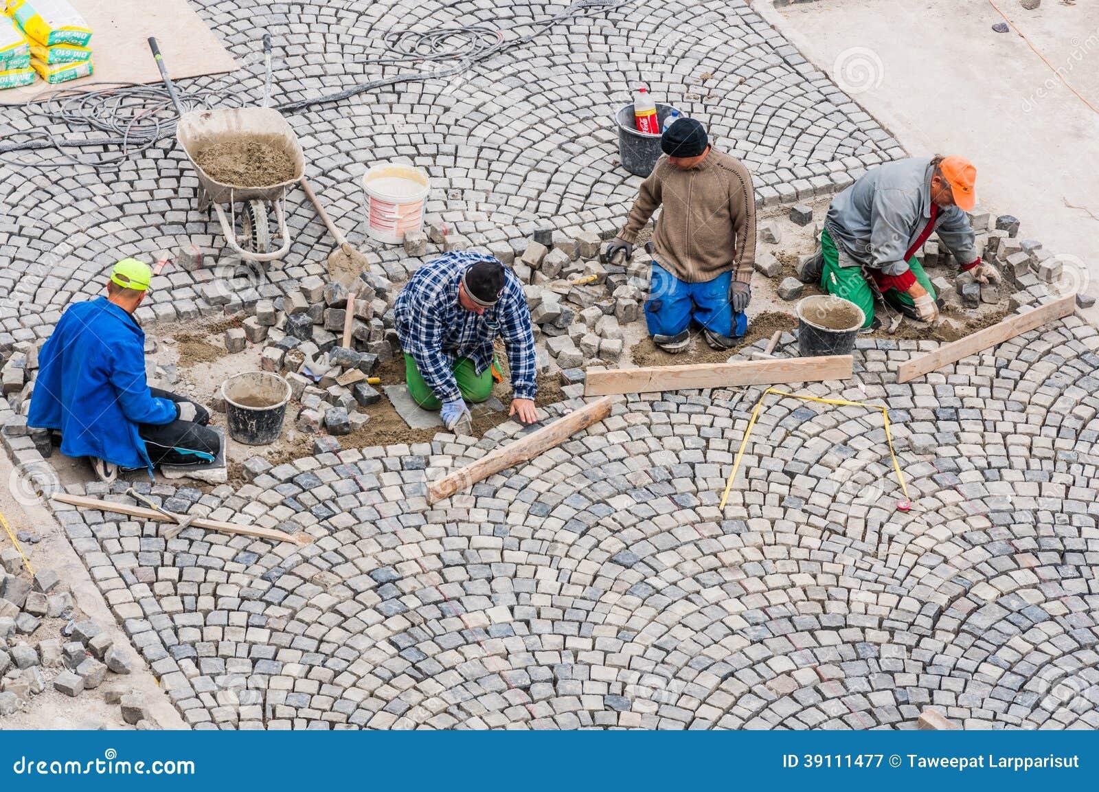 Arbeiders die weg het bedekken in Buda Castle bouwen.