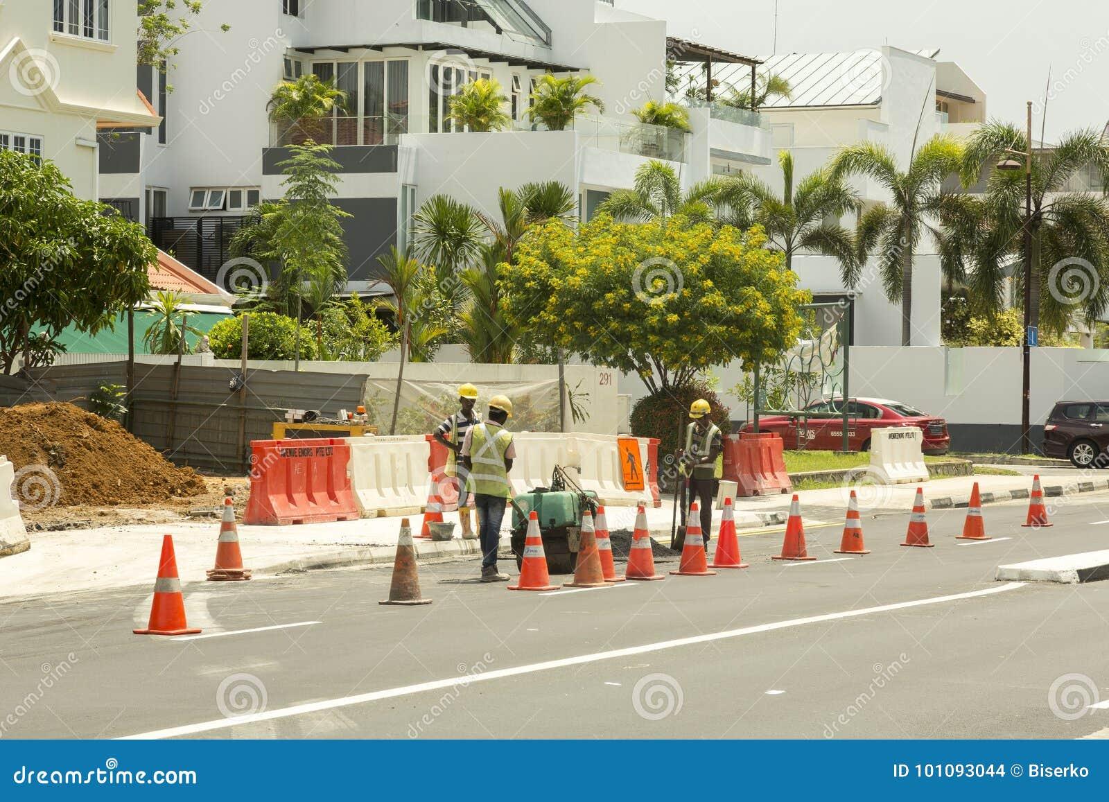 Arbeiders die weg in Singapore herstellen