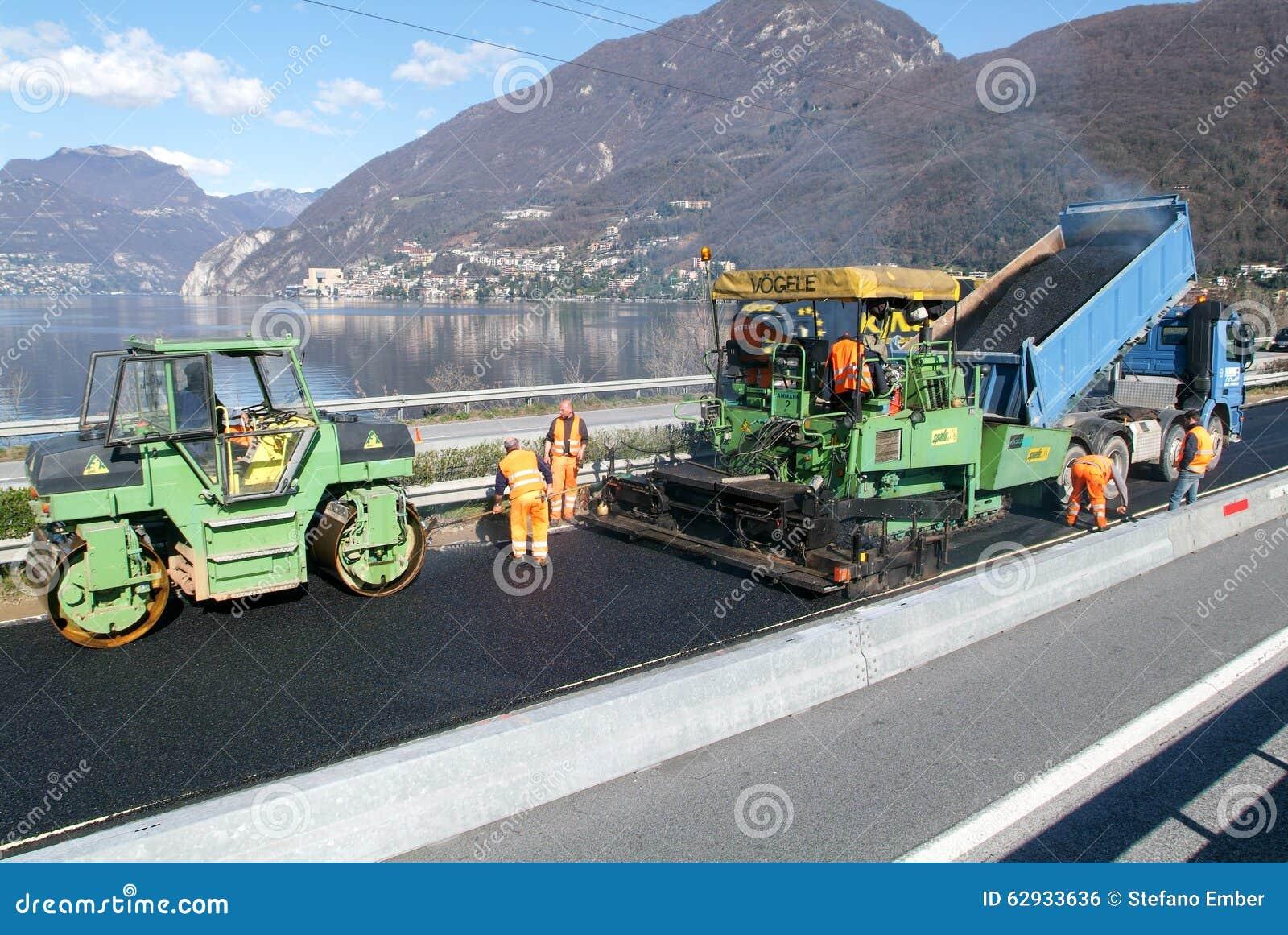 Tuin Asfalteren Kosten : Arbeiders en voertuigen tijdens het asfalteren van de weg