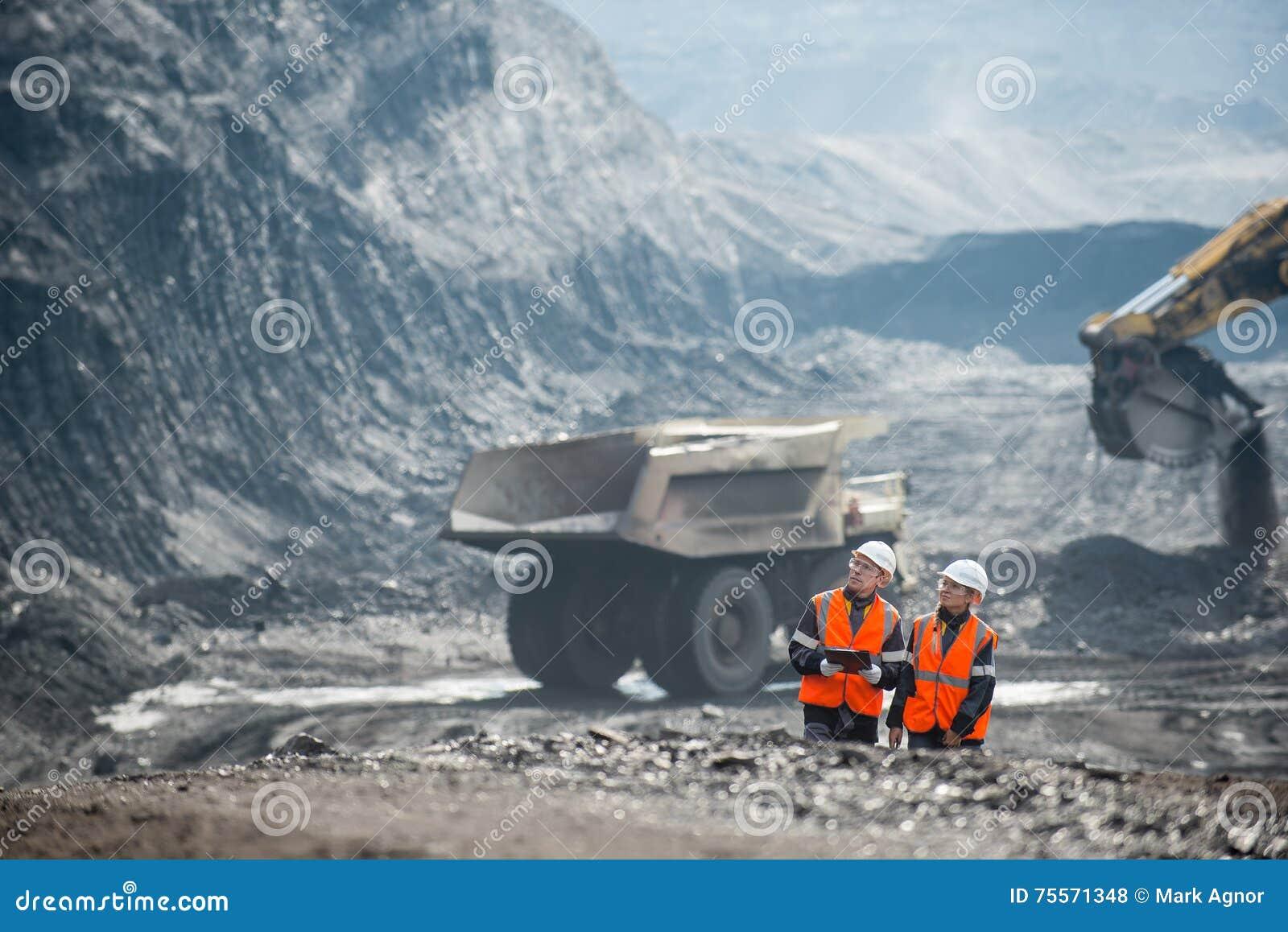 Arbeiders met steenkool bij open kuil