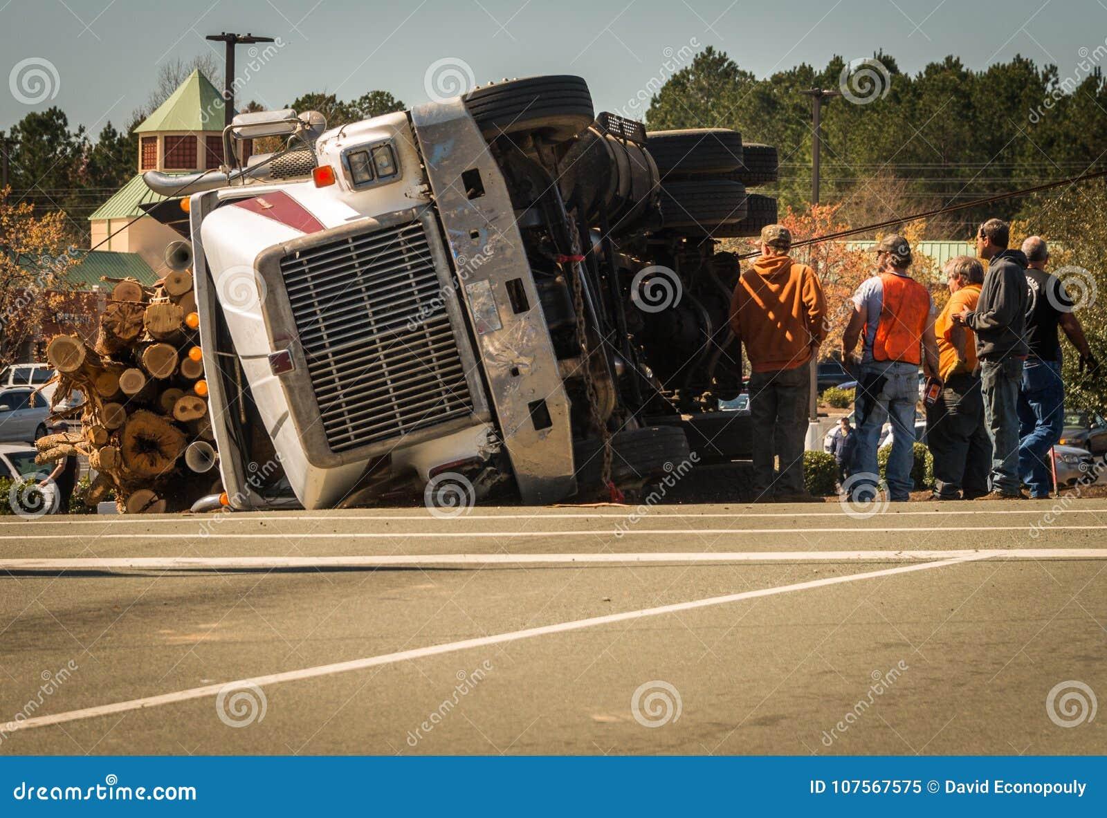 Arbeiders met ten val gebrachte het registreren vrachtwagen