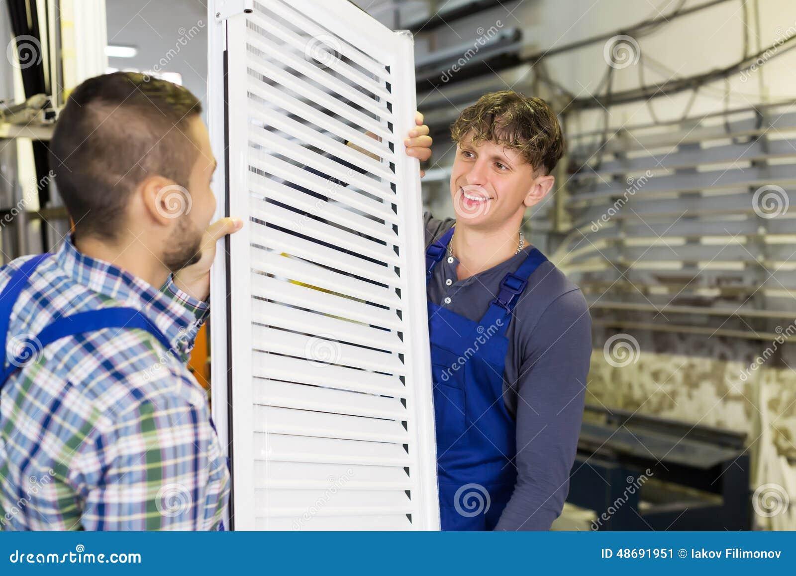 Arbeiders met venster met blind