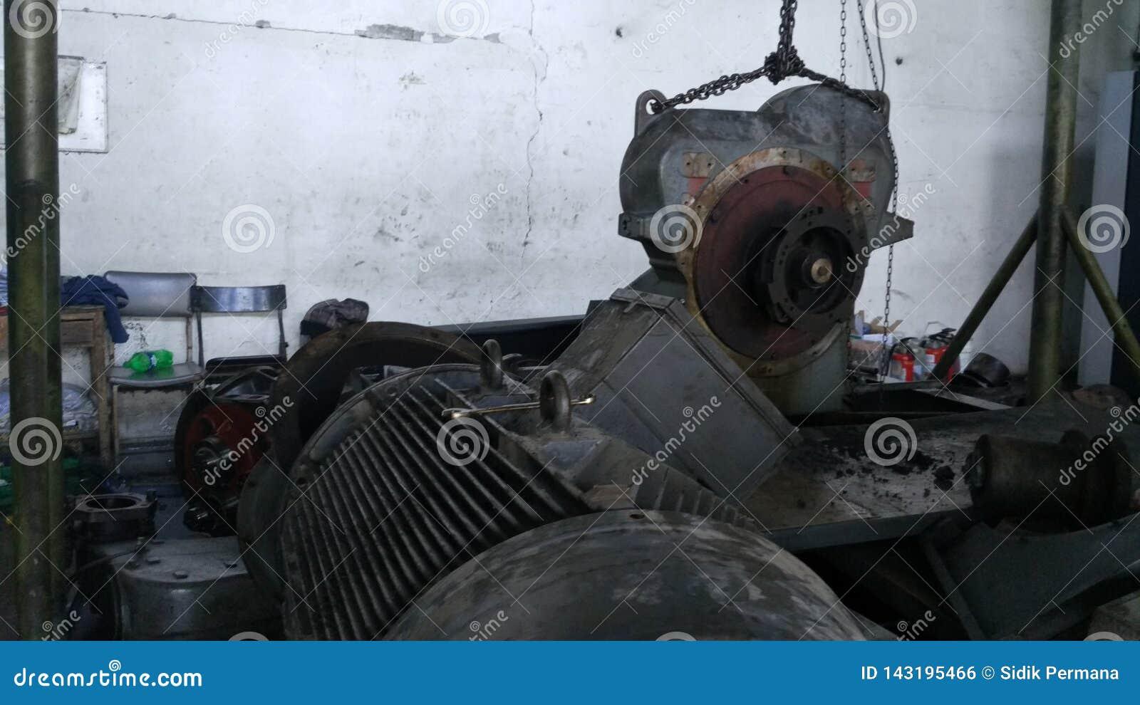 Arbeidersreparatie van industriële machines die strenge schade ervaren Reparatie van compressormotoren