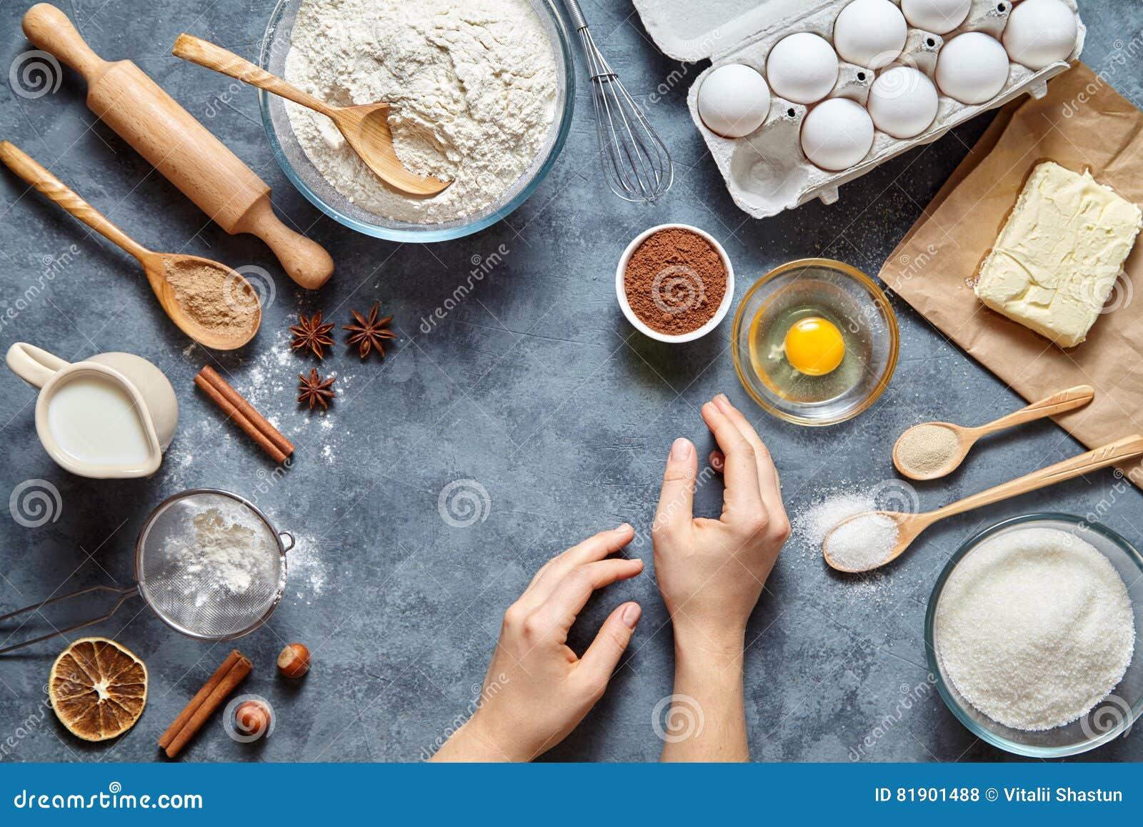 Arbeit mit dem Teig Die rohen Bestandteile des Küchentischs, die Frau ` s Hand bereit, den vorbereitenden Ingwerkuchen zu kneten