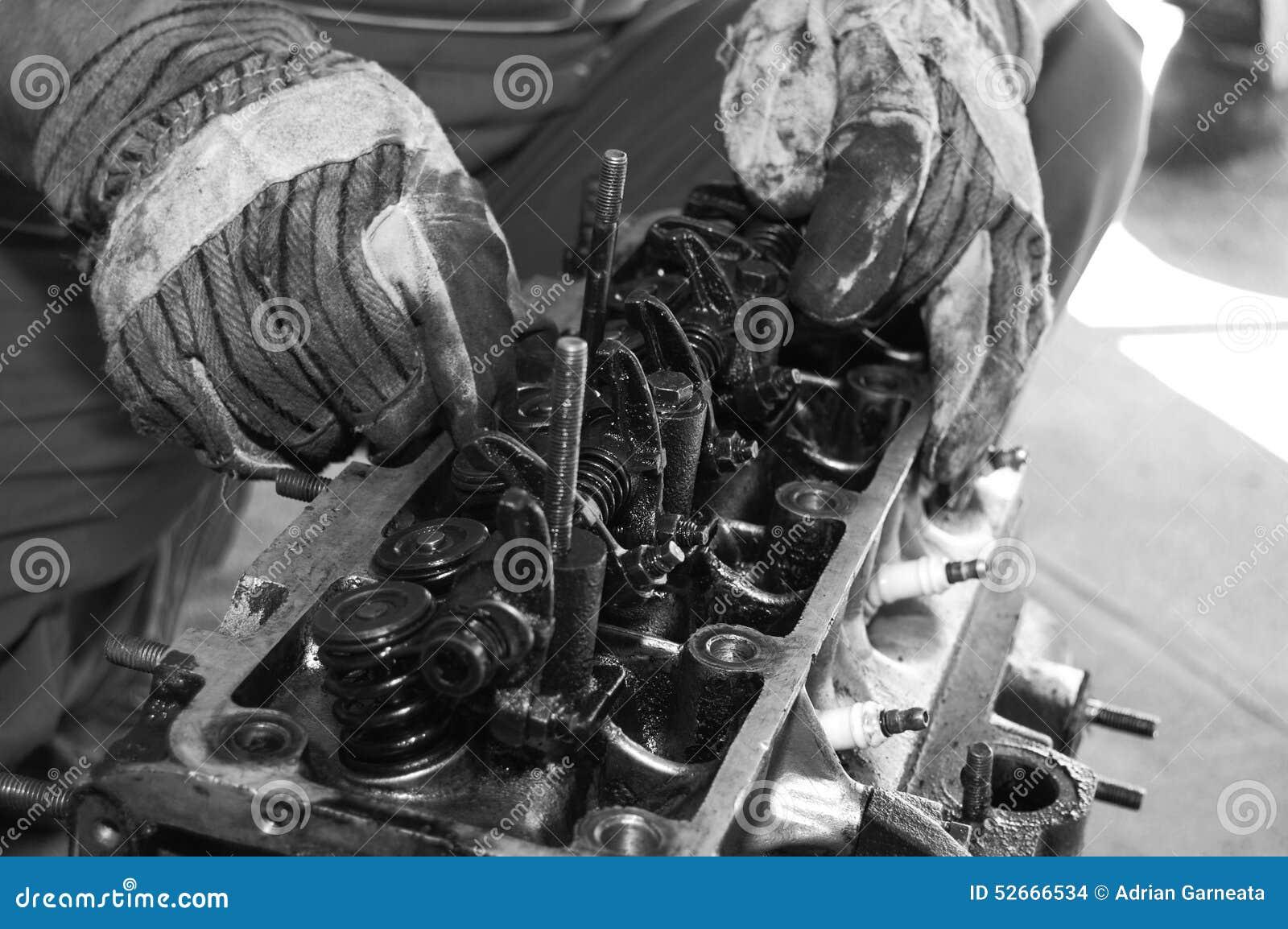 Arbeiten an einem Automotor