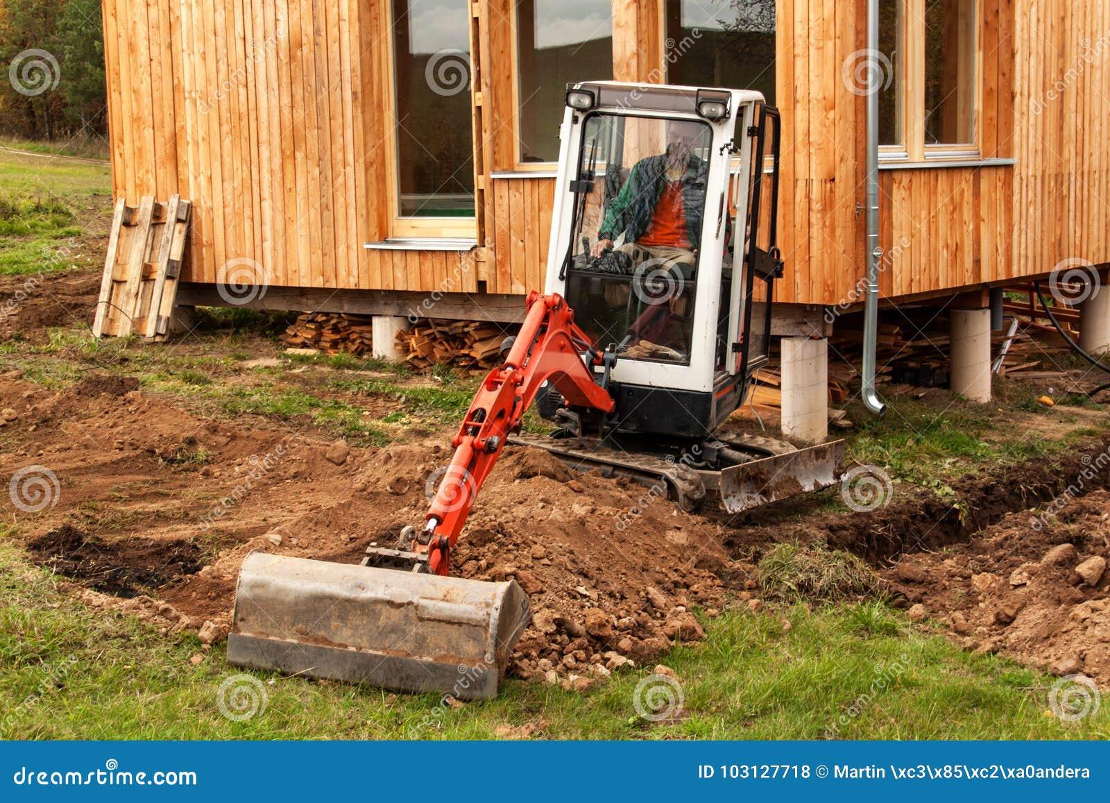 Arbeiten Sie An Der Baustelle Eines ökologischen Hauses Der Bagger