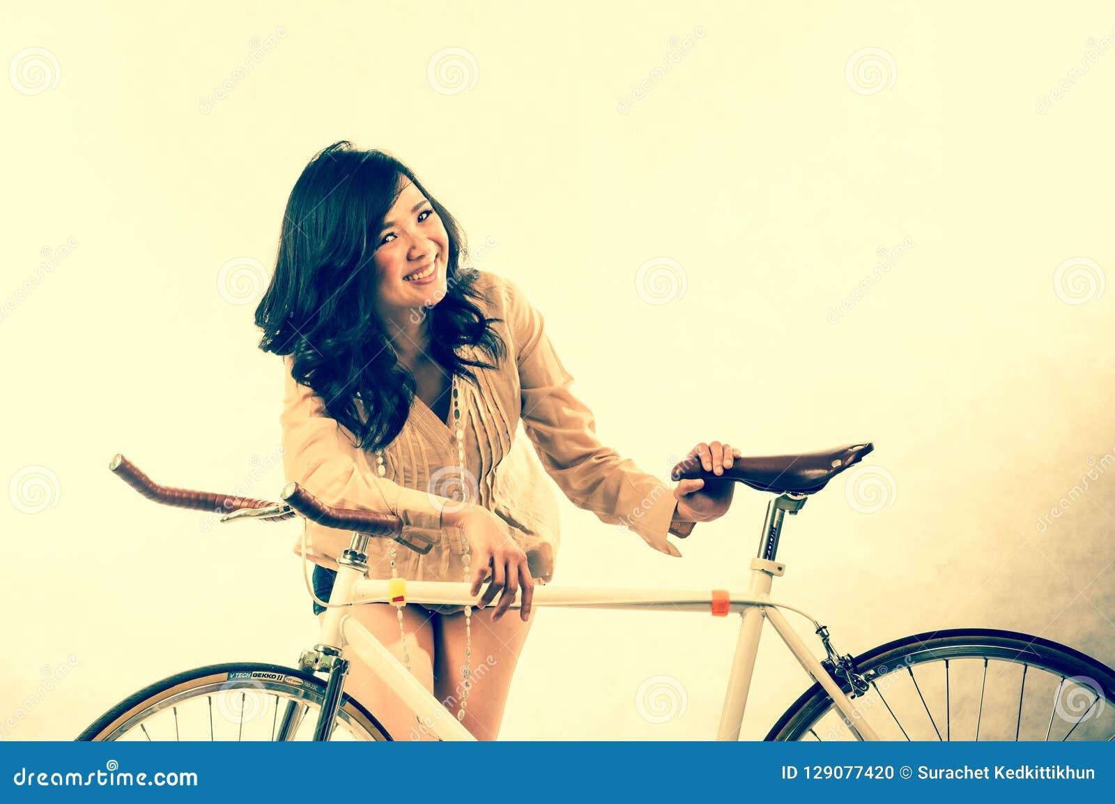 Arbeiten Sie Porträt im Studio der schönen jungen asiatischen lächelnden Frau um, die im Erfolgsleben glücklich sich fühlt