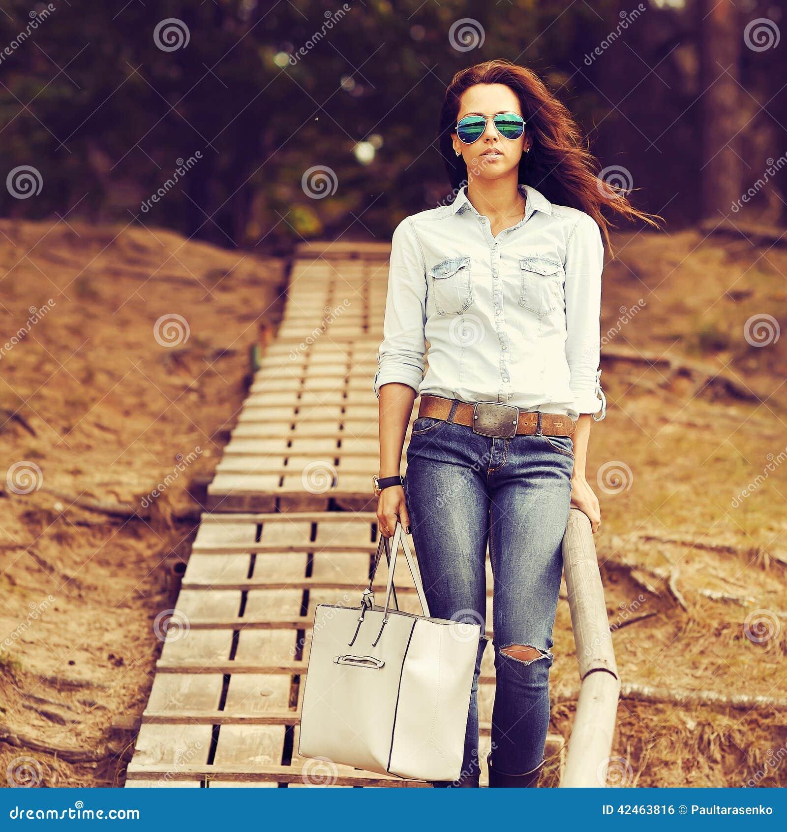 Arbeiten Sie Porträt tragenden Sonnenbrille einer der schönen jungen Frau um