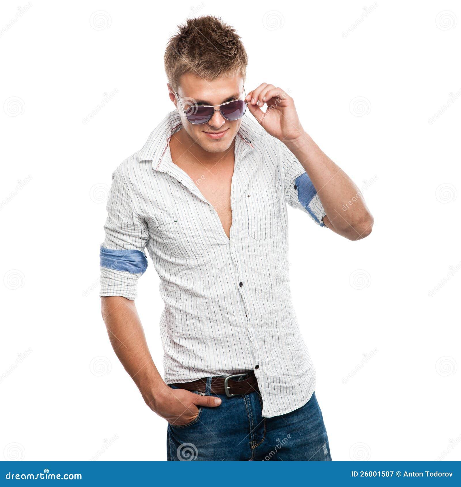 Arbeiten Sie Schuß eines eleganten jungen Mannes in den Sonnenbrillen um
