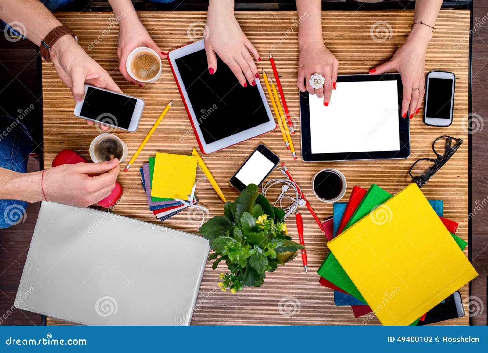 Download Arbeiten An Tabelle Mit Geräten Stockfoto - Bild von informationen, flowerpot: 49400102
