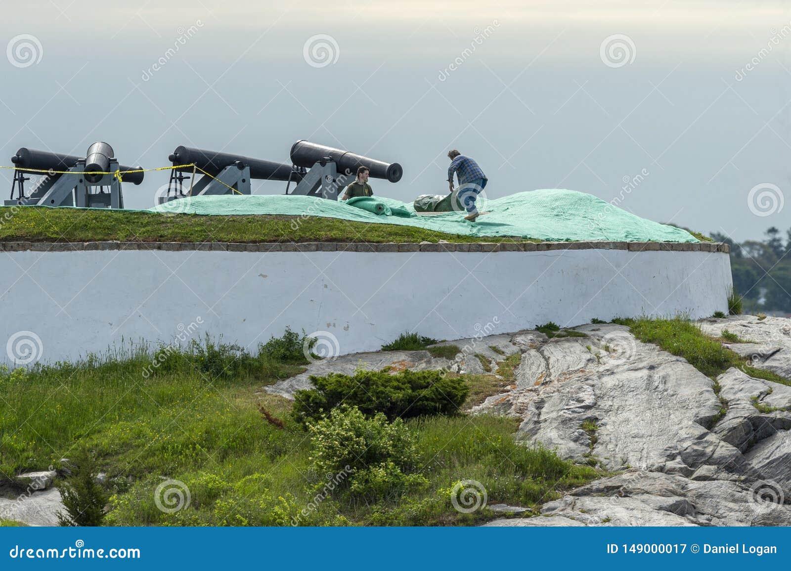 Arbeiter, die Filetarbeit niederlegen, um neuen Rasen an der Fort-Phoenix-Staats-Reservierung in Fairhaven, Massachusetts zu sch?