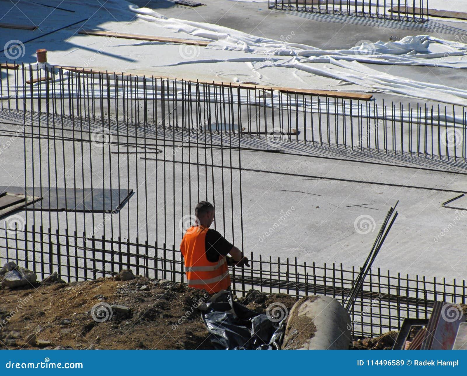Arbeiterbauarbeiter, der an Baustelle arbeitet