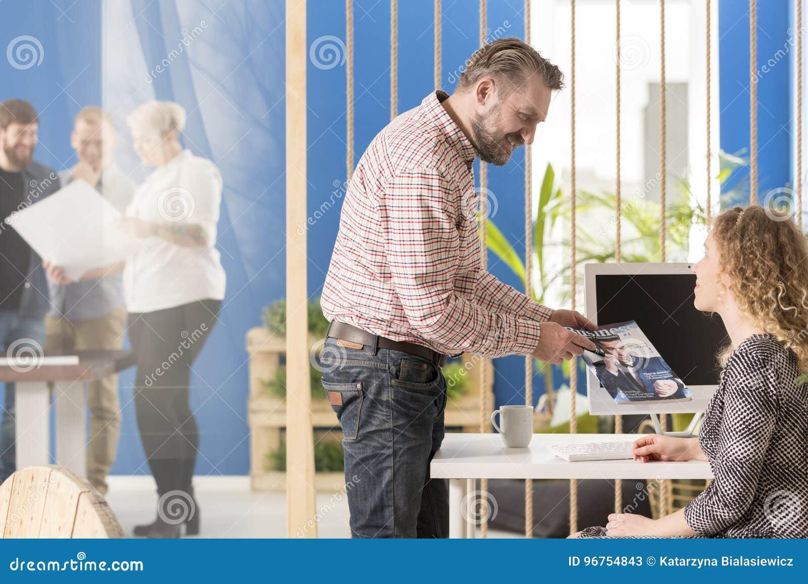 Arbeitgeber, der eine Zeitschrift zeigt