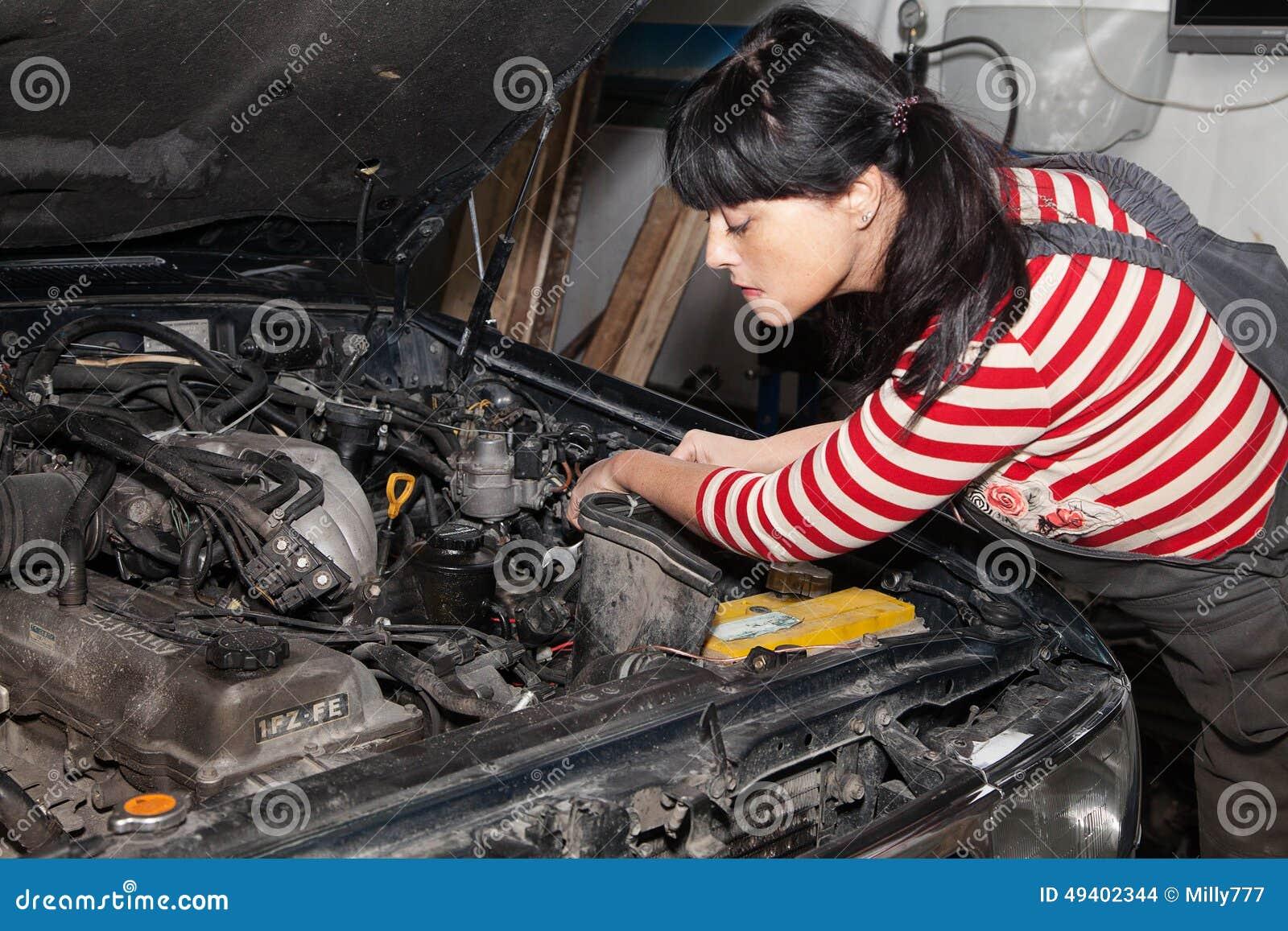 Download Arbeitnehmerin, Die Ein Auto Repariert Stockfoto - Bild von kaukasisch, maschine: 49402344