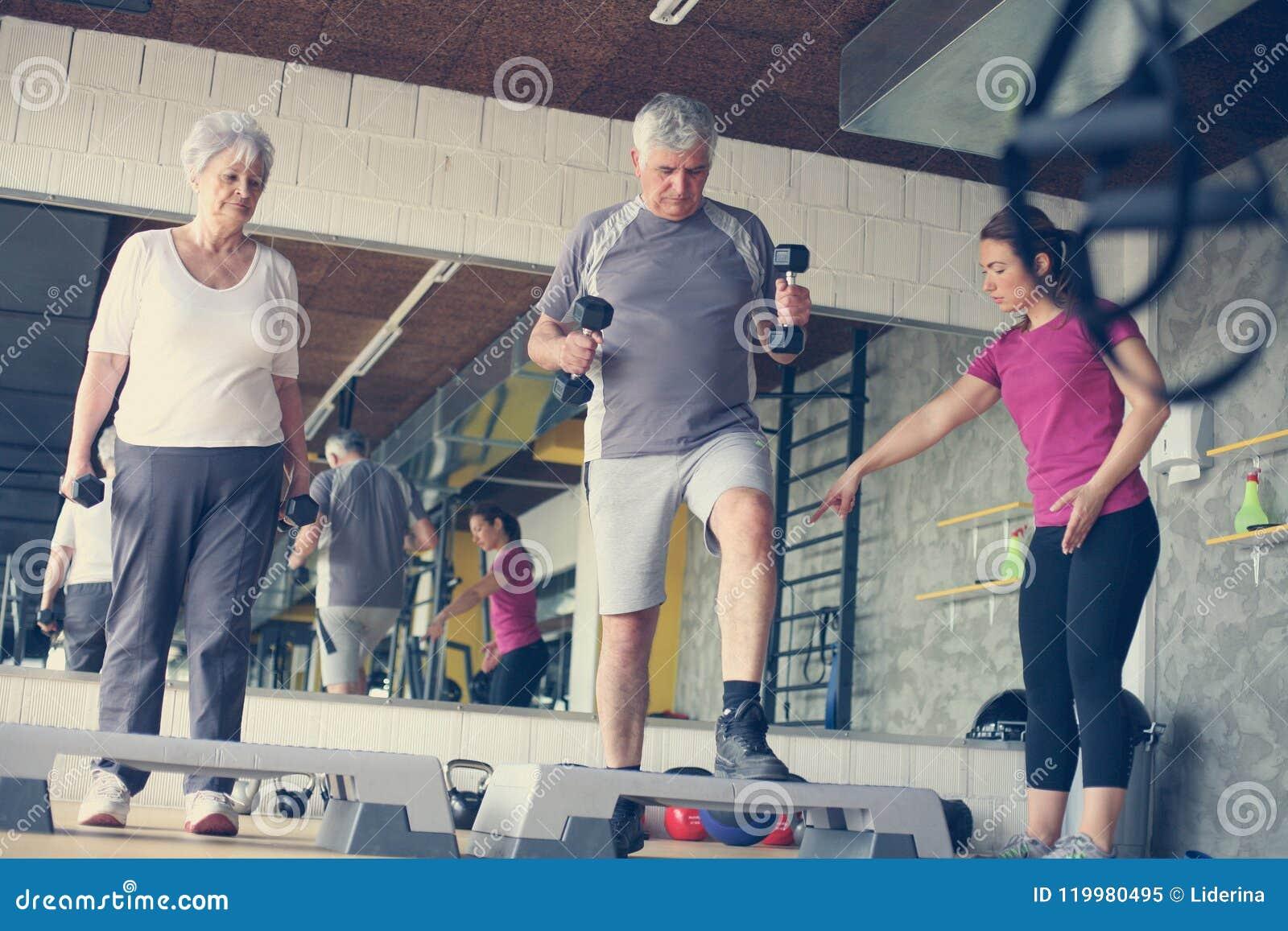 Arbeitsübung des persönlichen Trainers mit älteren Paaren