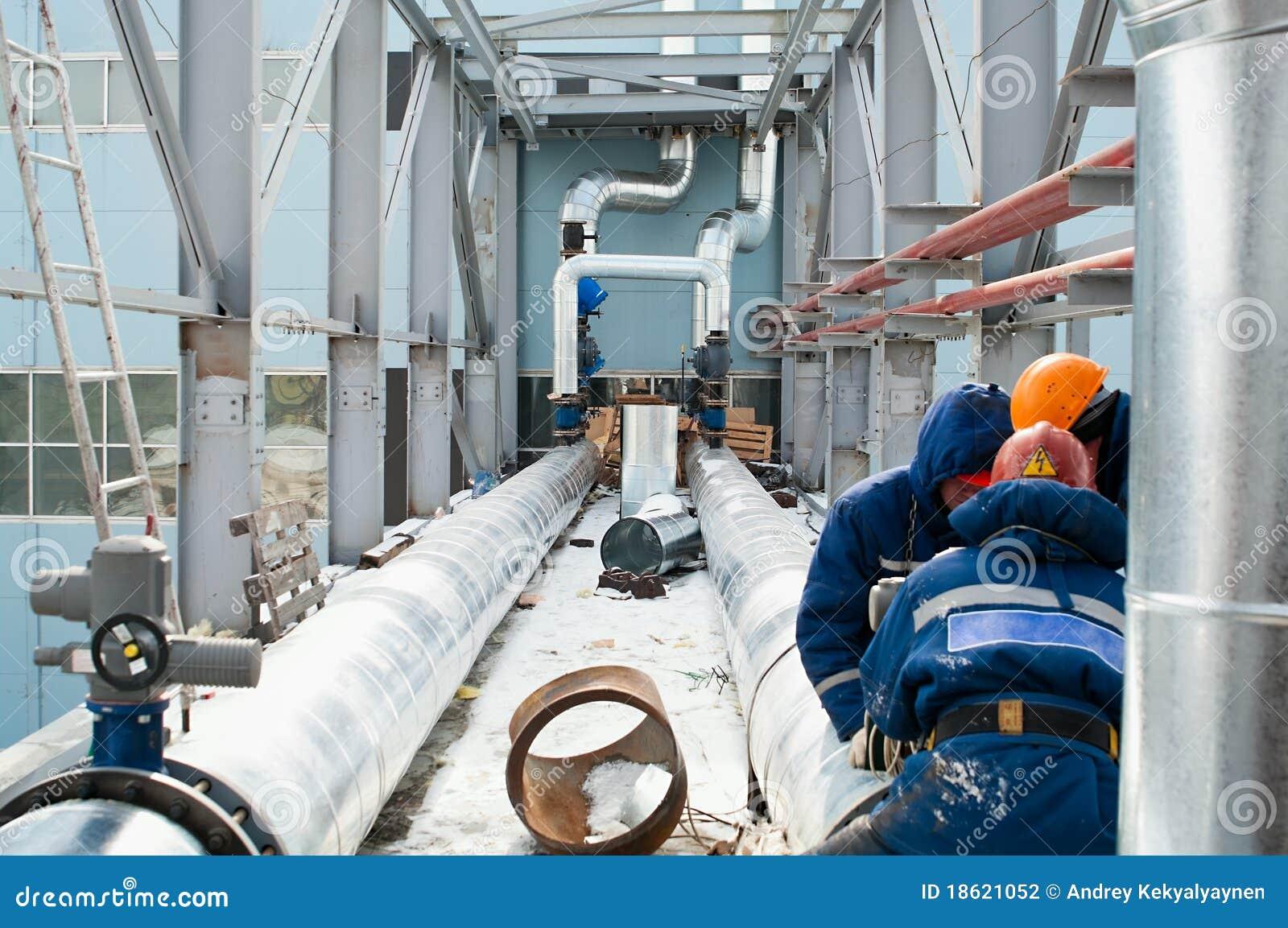 Arbeitskräfte bauen Rohrleitungen zusammen