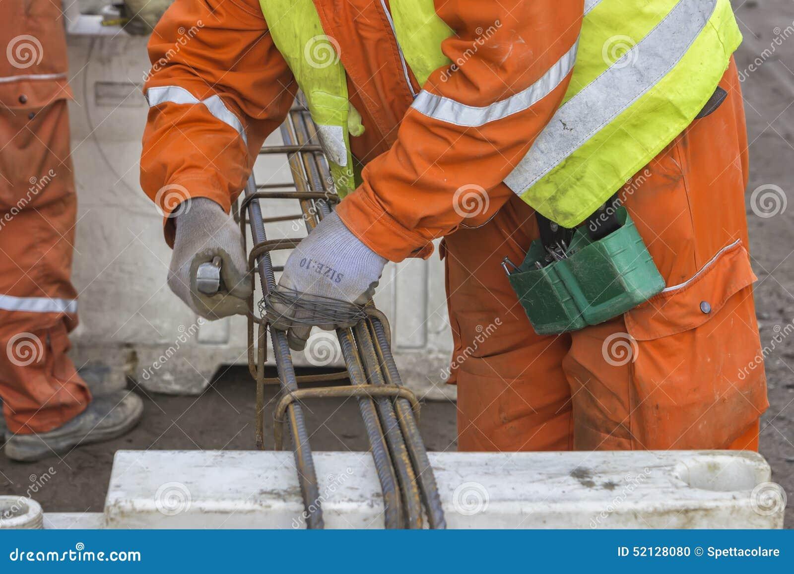 Arbeitskräfte, die Rebar binden