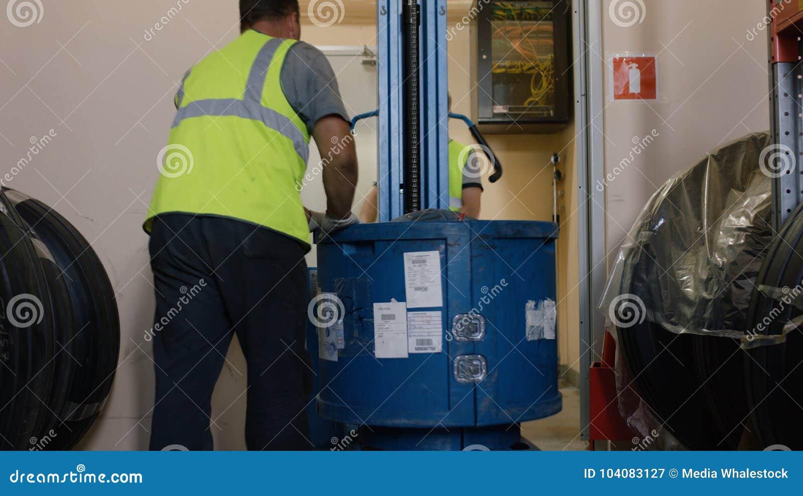 Arbeitskräfte laden die Waren auf einem LKW und zum Lager genommen Angestellt-Lager-Arbeitskraftfahrer in der Uniform an der Lage