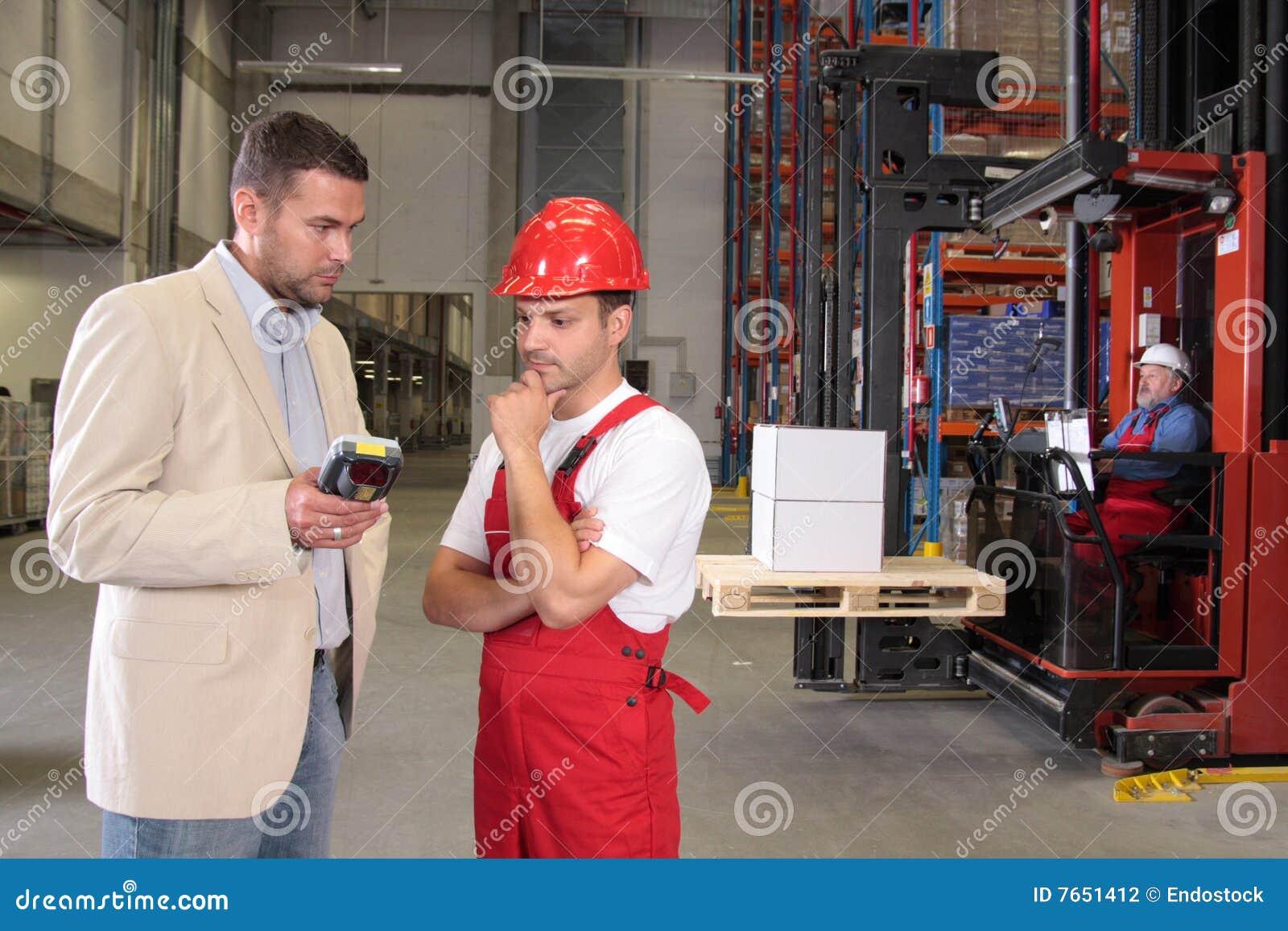 Arbeitskräfte u. Chef in der Fabrik