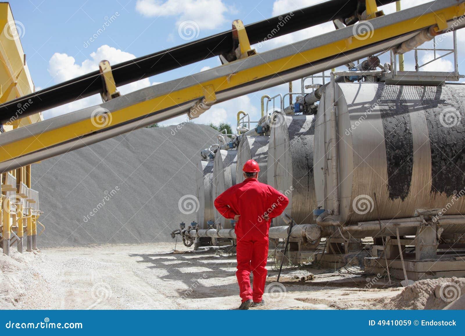 Download Arbeitskraft In Der Roten Uniform An Den Behältern Mit Asphalt Stockbild - Bild von asphalt, kies: 49410059