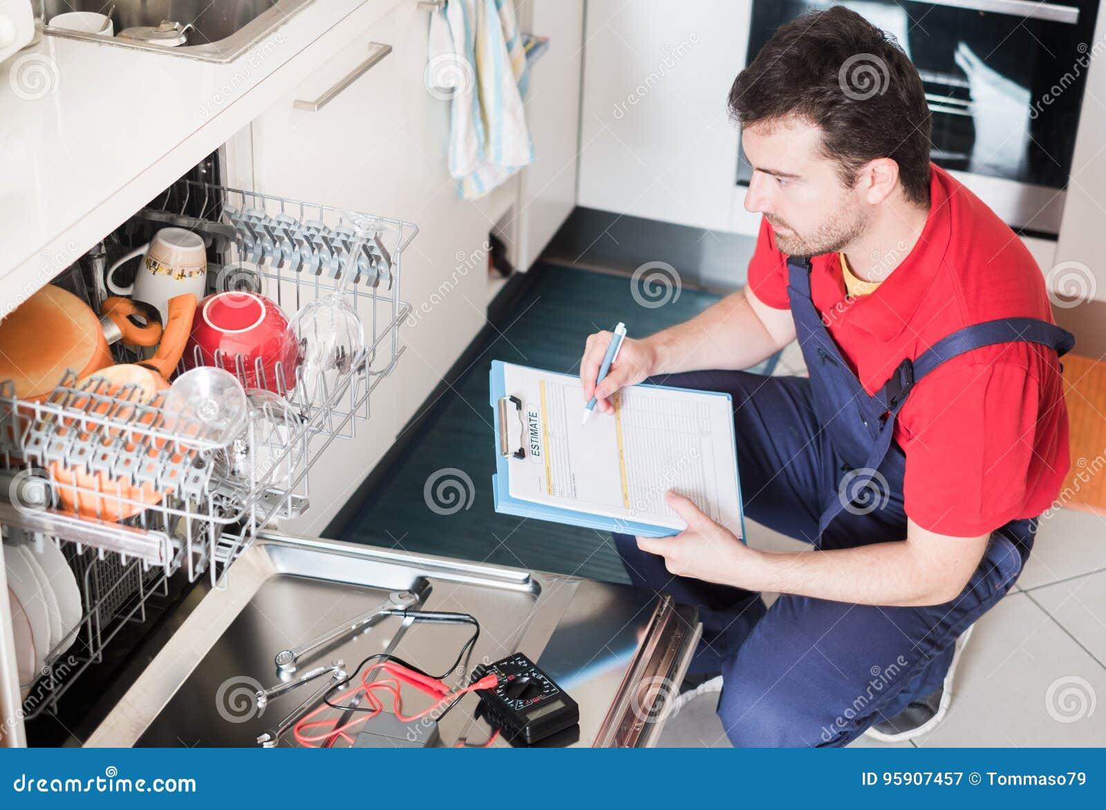 Arbeitskraft Die Kosten Fur Defekte Spulmaschine Schatzt Stockbild
