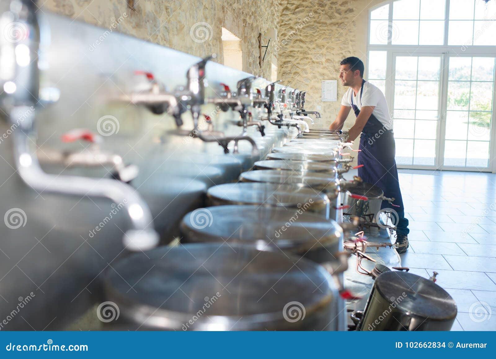 Arbeitskraft mit Fässern an der Brauerei