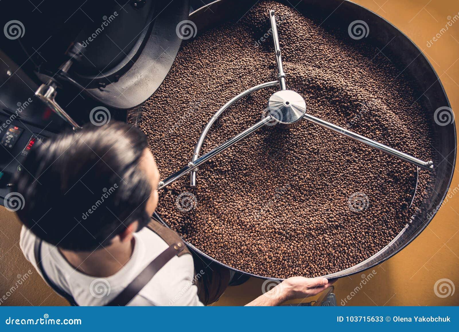 Arbeitskraft, welche die Samen finden in der Kühlwalze überprüft