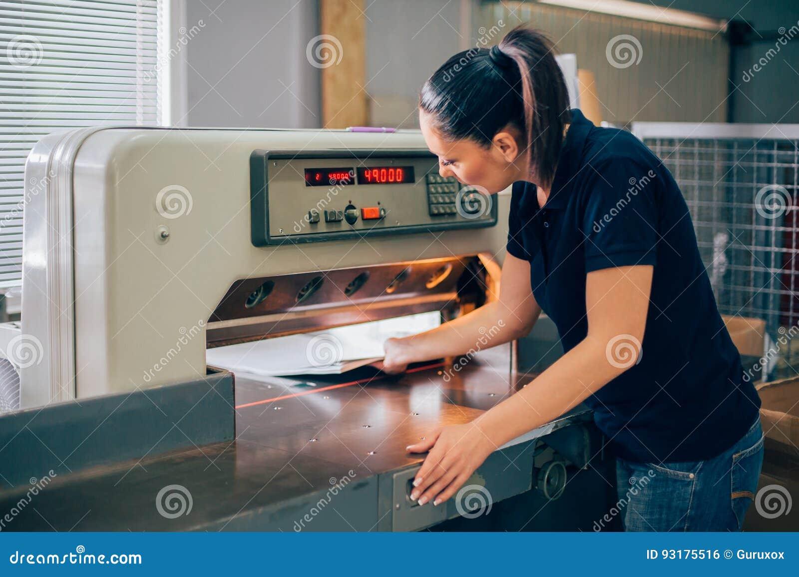 Arbeitskraft, wenn guillotinen-Maschinenmesser des centar Gebrauches Papiergedruckt wird