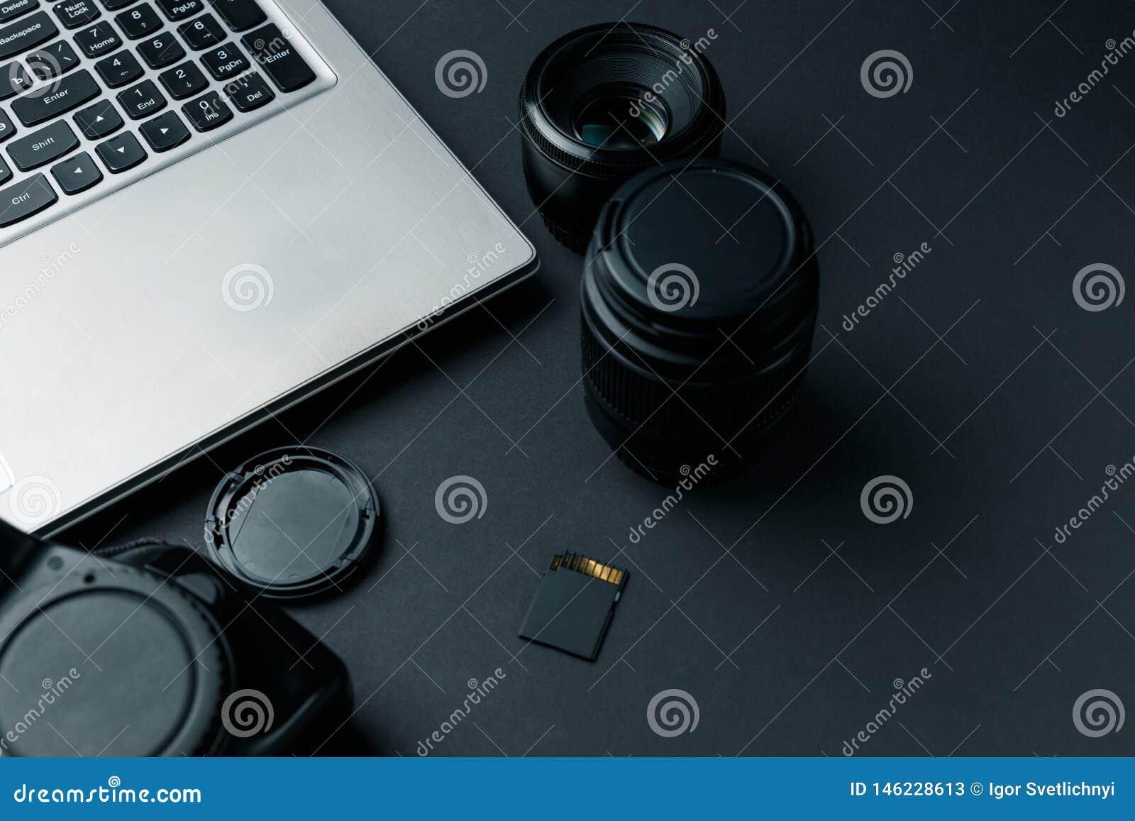 Arbeitsplatz auf schwarzer Tabelle des Fotografen