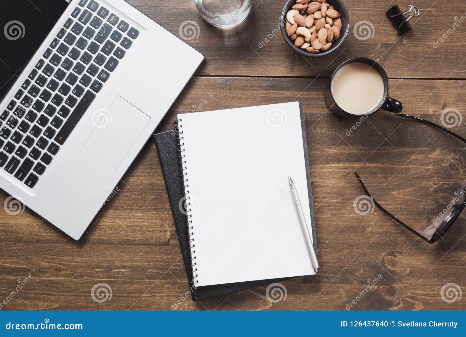 Arbeitsplatz mit offenem Laptop, Zusatz auf Bürotisch Draufsicht- und Kopienraum