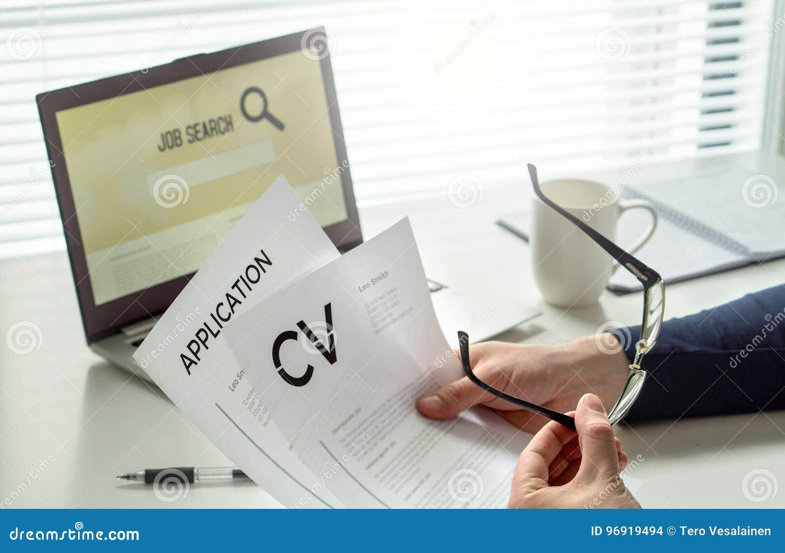 Arbeitssuchende im Innenministerium Motivierter Bewerber Moderne Arbeitsuche, Suchen und Beschäftigung Mann, der seinen Lebenslau