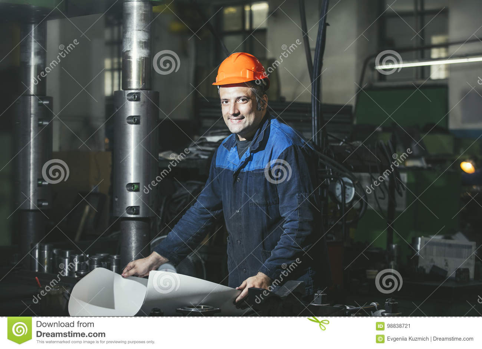Arbeta i produktion mot en bakgrund av maskiner från