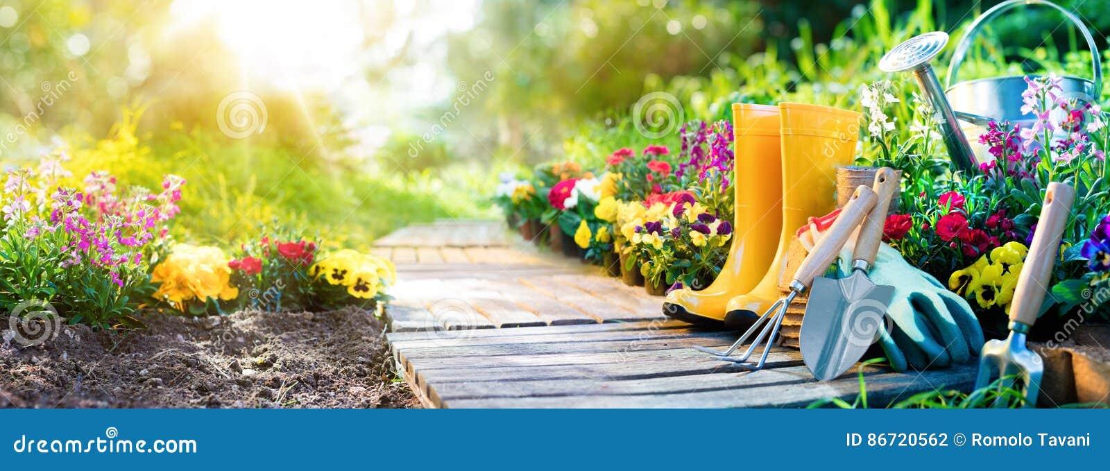Arbeta i trädgården - uppsättning av hjälpmedel för trädgårdsmästaren And Flowerpots