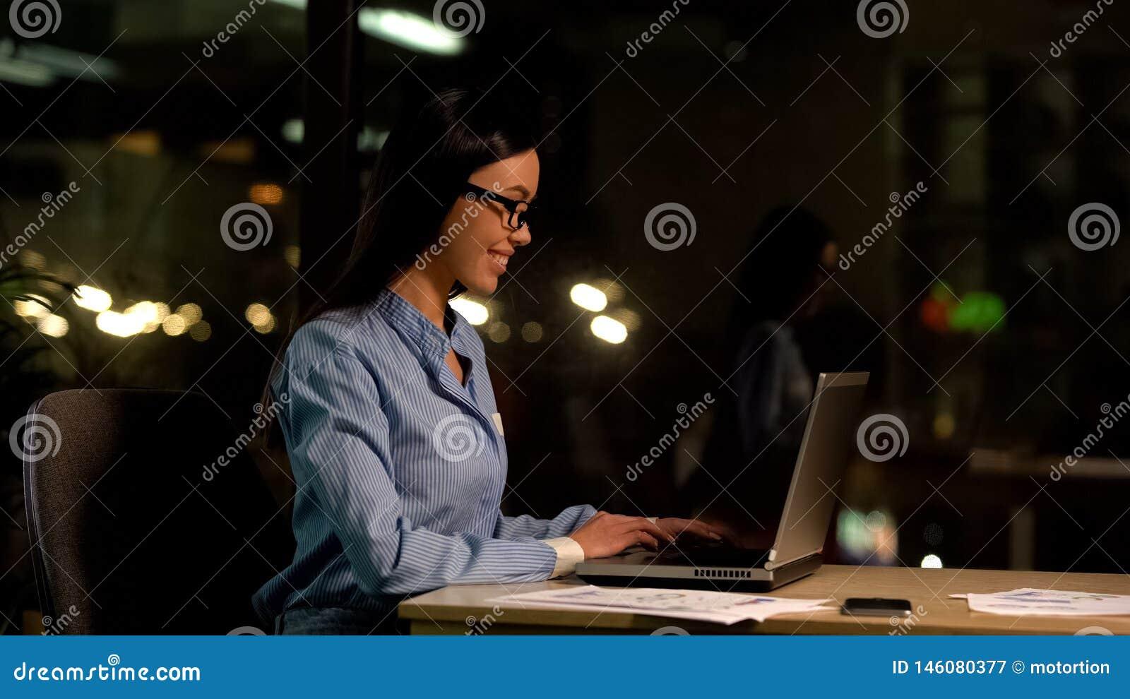 Arbetande b?rbar dator f?r lycklig freelancer p? natten, b?jligt schema, produktiv anst?lld