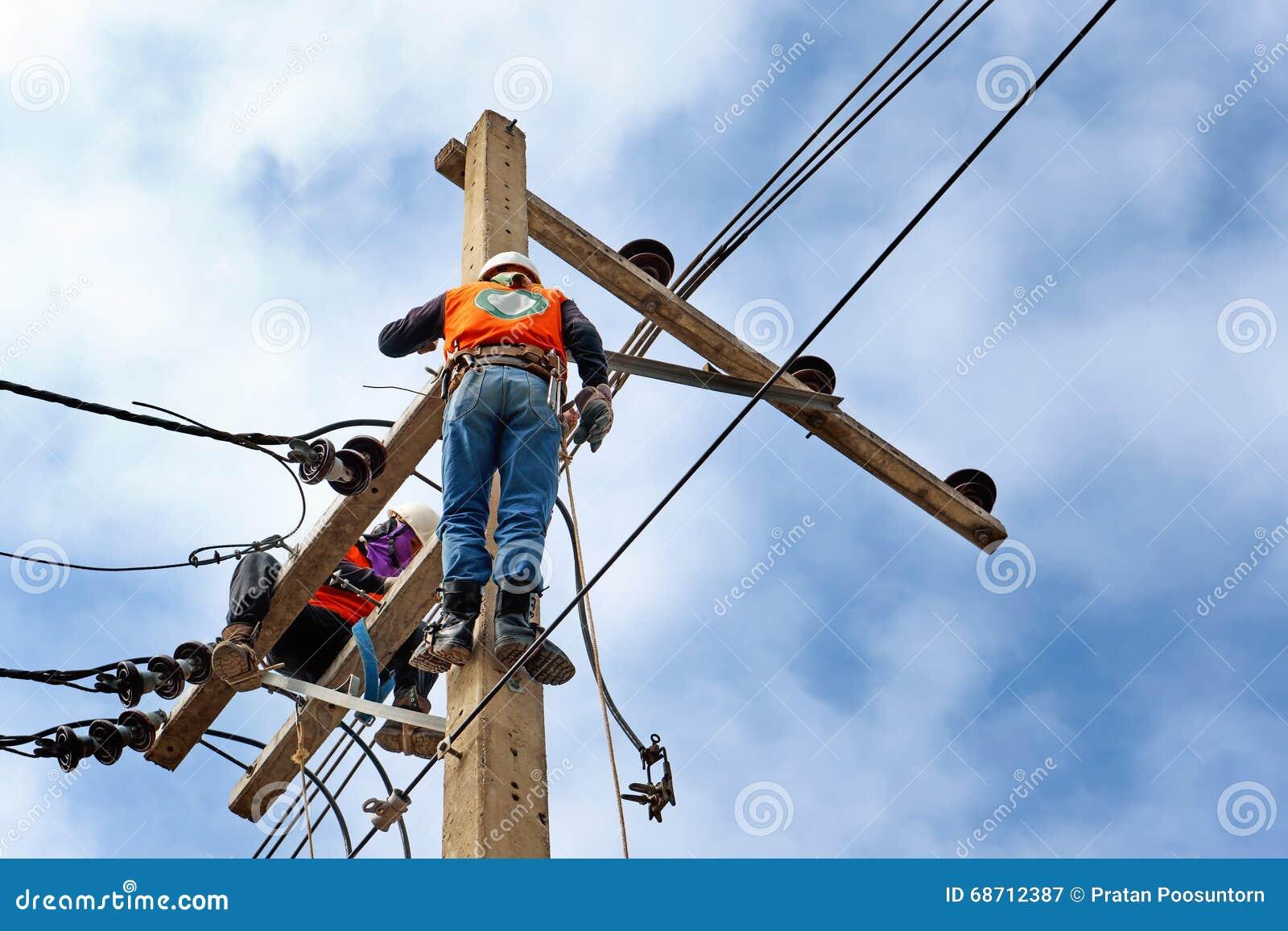 Arbetare för elektrikerlinjearbetarerepairman på klättringen