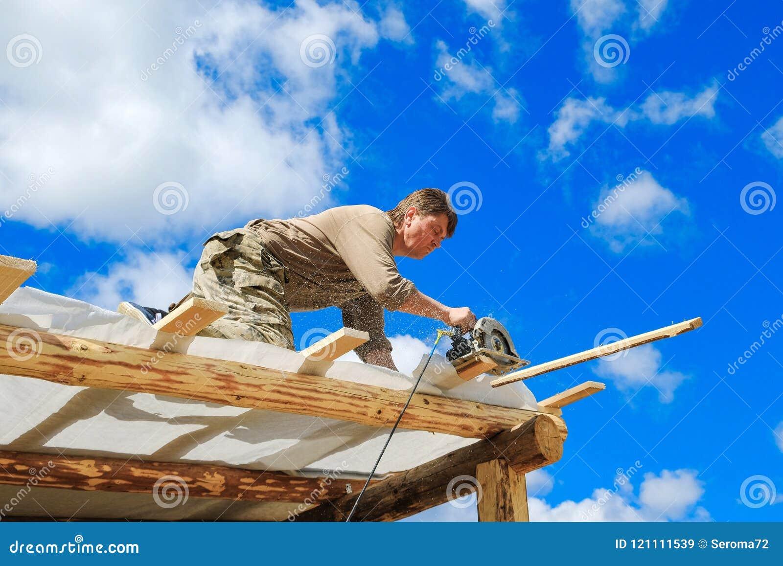 Arbetare gör ett tak i ett landshus